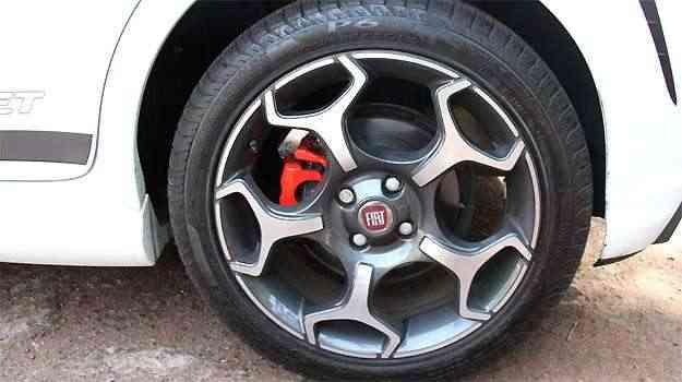 Pinça de freio na cor vermelha chama a atenção na roda do Punto. As belas rodas 17' são calçadas com pneus 205/50 R17 - Marlos Ney Vidal/EM/D.A PRESS
