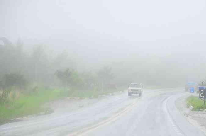 Se a estrada e a paisagem estiverem encobertas por um nevoeiro mais denso, redobre a atenção(foto: Juliana Santos/DB/D.A Press)