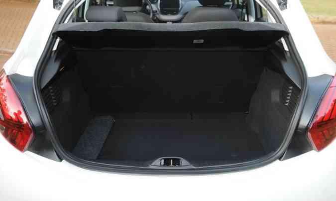 Porta-malas tem boa capacidade pelo tamanho do carro(foto: Ramon Lisboa/EM/D.A Press)
