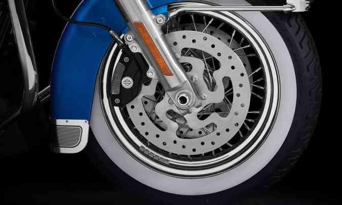 Outra característica preservada na Electra Glide Revival são os pneus de faixa branca(foto: Harley-Davidson/Divulgação)
