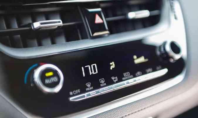 O modelo traz de série ar-condicionado digital automático com saída para o banco traseiro(foto: Toyota/Divulgação)