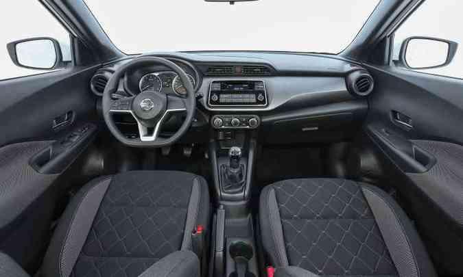 Interior da versão S é simples, com mais acabamentos plásticos e sistema de som integrado sem tela(foto: Pedro Danthas/Nissan/Divulgação)