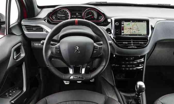 Painel na nova versão GT: central multimídia de 7 polegadas e iluminação central em branco(foto: Peugeot/Divulgação)