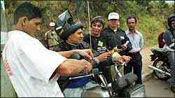 Revendas Honda e BHTrans instalam gratuitamente antenas em motos na campanha educativa - Téo Mascarenhas/Especial para o EM - 22/7/05