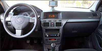 Interior apresenta acabamento de boa qualidade, mas GPS fica preso no pára-brisa - Fotos: Marlos Ney Vidal/EM - 10/10/07