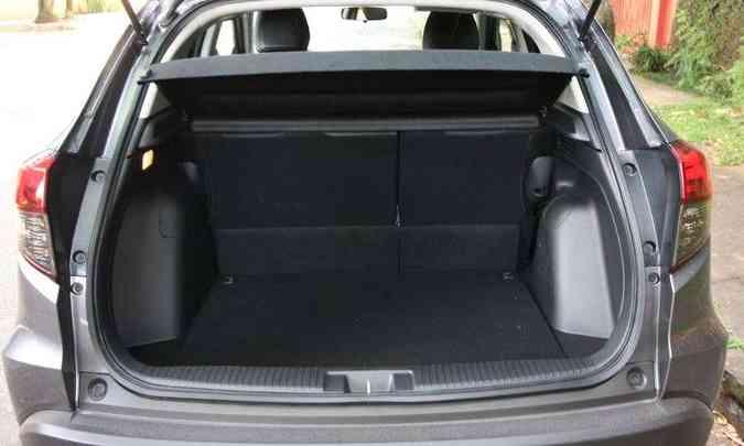 Com 437 litros de capacidade, porta-malas tem bom espaço para a bagagem(foto: Edésio Ferreira/EM/D.A Press)