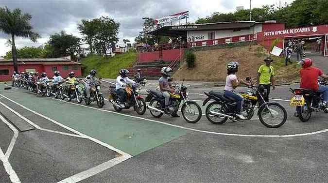 Futuros motociclistas aprendem a conduzir motos. Em Minas, número de pessoas inabilitadas é alto(foto: Jair Amaral/EM/D.A Press)