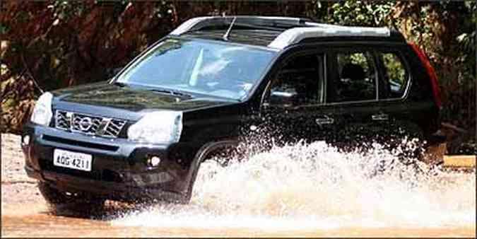 X-Trail encara travessia de riachos com tração 4x4 acionada(foto: Fotos: Marlos Ney Vidal/EM/D.A Press - 5/3/09)
