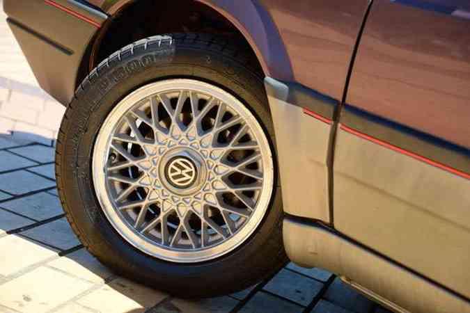 Rodas raiadas originais do modelo 1994. Pneus nunca foram trocados!(foto: Thiago Ventura/EM/D.A Press)