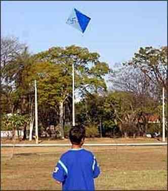 Brincadeira ingênua das crianças pode se transformar em arma mortífera em toda a cidade(foto: Auremar de Castro/EM - 24/7/06)