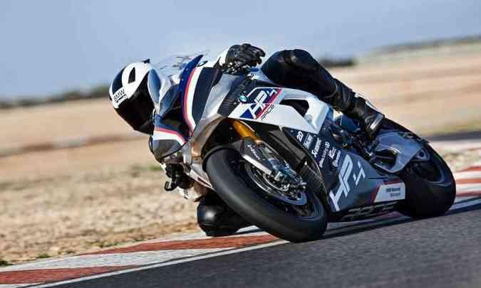 A superesportiva tem estilo agressivo, com carenagem que favorece a aerodinâmica(foto: BMW/Divulgação)