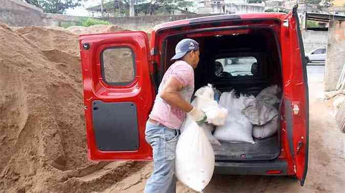 Fiorino não negou disposição para o trabalho pesado: 650 kg de areia no compartimento de carga(foto: Marcello Oliveira/EM/D.A PRESS)