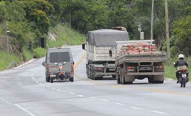 Reportagem flagrou van, que rebocava motocicleta, em ultrapassagem proibida no Km 439 da BR-381, em Ravena: desrespeito ainda persiste  -  Jair Amaral/EM/D.A Press