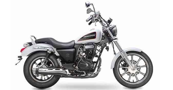 Com porte de moto maior, o modelo nacional tem estilo custom, banco em dois níveis, guidão mais alto e pedaleiras avançadas(foto: Dafra/Divulgação)