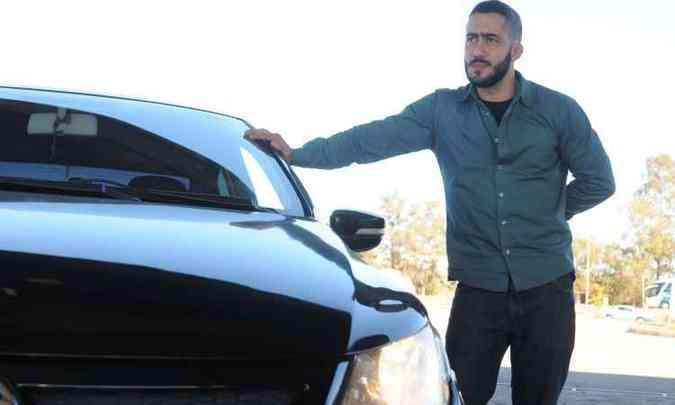 Técnico industrial Guilherme Bonelli trocou as lâmpadas do carro e aprova a medida(foto: Jair Amaral/EM/D.A Press)