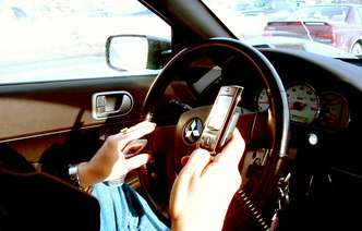 Na França, usar o telefone enquanto dirige gera multa de R$ 400. Foto: Ed Poor / Divulgação
