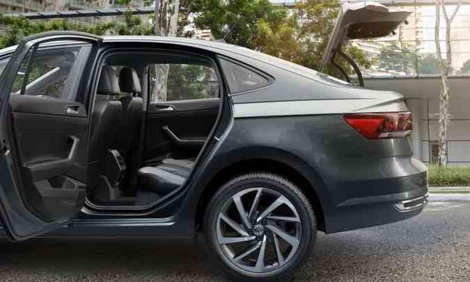Espaço no banco traseiro é bom, mas console atrapalha quem senta no meio(foto: Volkswagen/Divulgação)