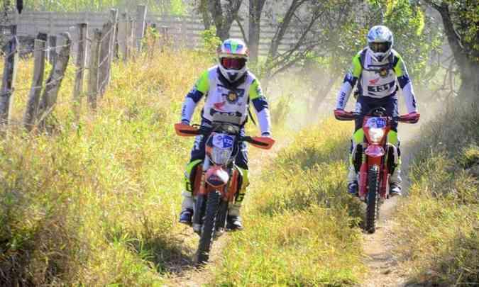 Nas trilhas naturais do percurso, os pilotos tentavam dosar a velocidade para não perder pontos(foto: Janjão Santiago/Mundo Press)
