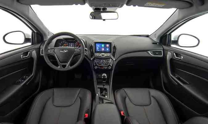 O volante tem comandos para o som e o painel de instrumentos conta com computador de bordo(foto: Chery/Divulgação)