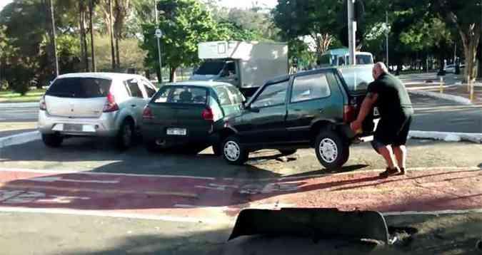 Carro parado na ciclovia? Chame o Marco Mohai!(foto: Reprodução/YouTube)