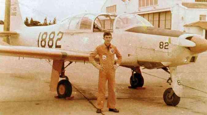 O coronel diante da aeronave que pilotava quando na ativa(foto: Arquivo Pessoal)