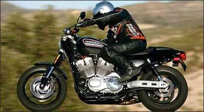 As rodas são de liga leve e os pneus especialmente projetados para a moto