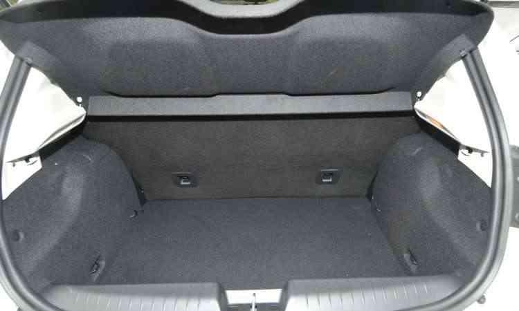 O porta-malas do hatch tem 300 litros de capacidade, um dos maiores do segmento - Jair Amaral/EM/D.A Press