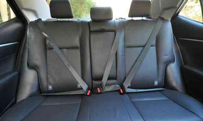 Segurança básica no banco de trás, com apoios de cabeça e cinto de segurança de três pontos para todos(foto: Jair Amaral/EM/D.A Press)