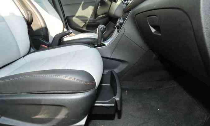 O SUV compacto tem porta-trecos por todos os lados, inclusive sob o banco do passageiro(foto: Ramon Lisboa/EM/D.A Press)