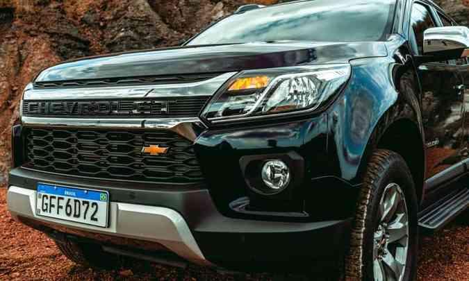 Na frente, frisos cromados emolduram o nome Chevrolet em relevo e a gravatinha dourada ficou menor e foi deslocada para a direita(foto: Jorge Lopes/EM/D.A Press)