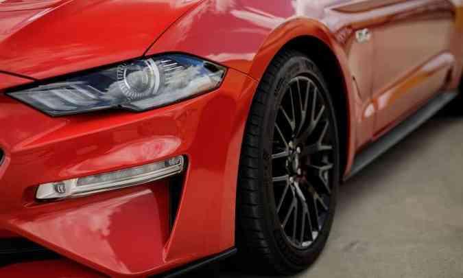 Faróis full LED e rodas de liga leve de 19 polegadas fazem parte dos itens de série do Mustang(foto: Pedro Bicudo/Ford/Divulgação)
