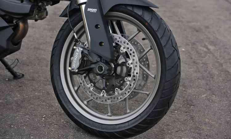 As rodas são em liga leve, com aro dianteiro de 19 polegadas de diâmetro - Johanes Duarte/Ducati/Divulgação