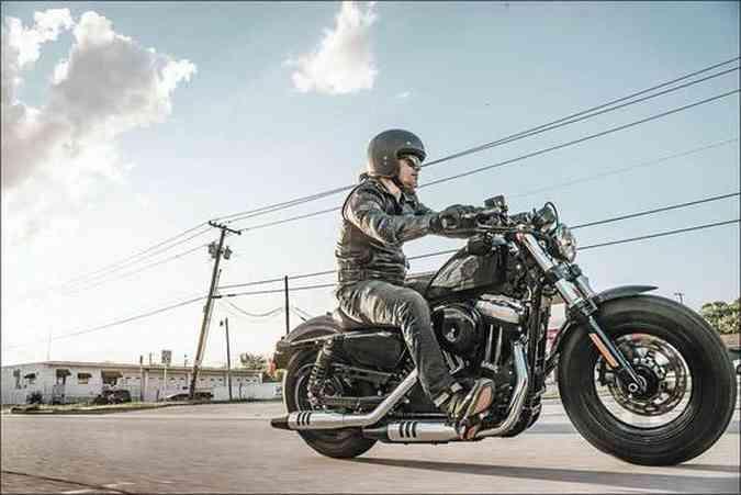 Os espelhos da Sportster Forty-Eight ficam abaixo do guidão(foto: Harley-Davidson/Divulgação )