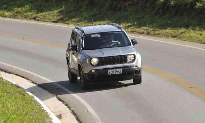 Com o câmbio manual, o Jeep Renegade fica mais à mão do motorista e a performance é melhor(foto: Juarez Rodrigues/EM/D.A Press)