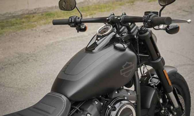 O guidão é plano com cabos camuflados(foto: Kevin Netz/Harley-Davidson)
