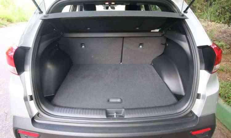 Porta-malas tem bom espaço e ainda abriga o estepe - Edésio Ferreira/EM/D.A Press