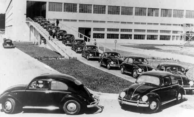 Fuscas saindo da fábrica da VW Anchieta em 1959, com índice de nacionalização acima de 50% (foto: Volkswagen/Divulgação)