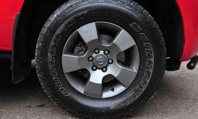 As rodas são de liga leve aro 16 polegadas, calçadas com pneus 255/70 All Terrain(foto: Gladyston Rodrigues/EM/D.A Press)