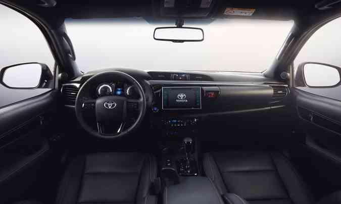 Interior escuro da SRX contrasta com os detalhes cromados(foto: Toyota/Divulgação)