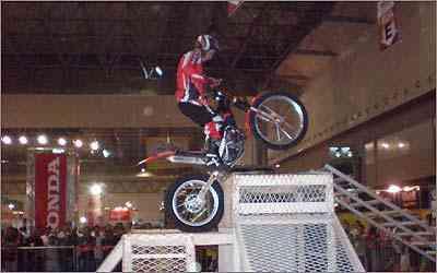 A Gas Gas promove apresentações diárias com motos trial, com obstáculos e acrobacias -