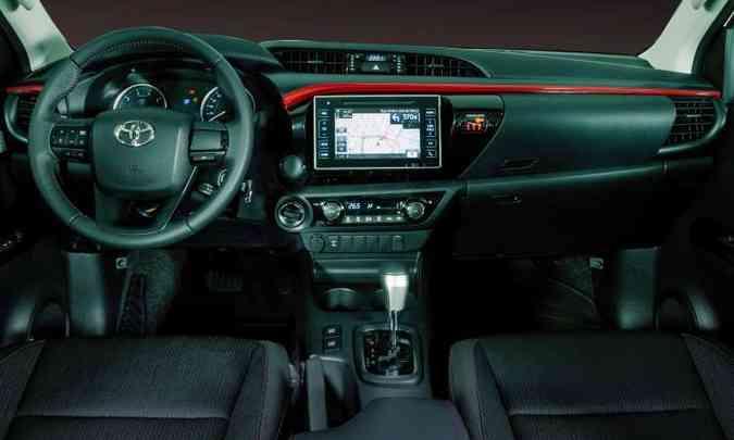 O painel traz dispositivo de áudio com tela tátil de sete polegadas e câmera de ré(foto: Toyota/Divulgação)