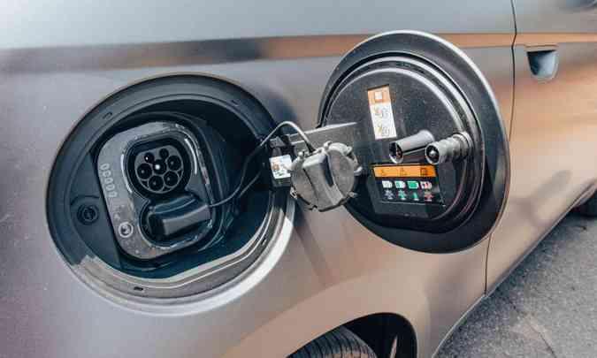 No bocal onde deveria ser a entrada do tanque de combustível está a tomada de conexão para a recarga da bateria (foto: Jorge Lopes/EM/D.A Press)