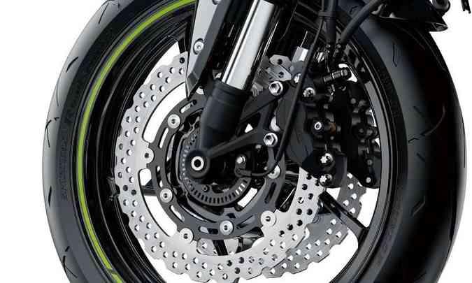 O freio dianteiro conta com dois discos de 300mm e pinça Nissin de quatro pistãos(foto: Kawasaki/Divulgação)