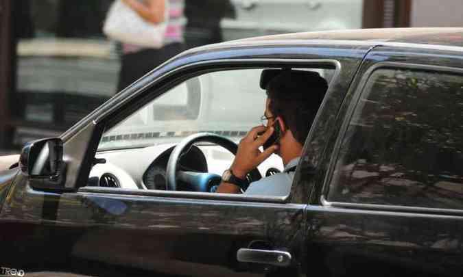 Multa por uso do celular ao volante vai mais do que triplicar: de R$ 85,13 para R$ 293,47(foto: Euler Júnior/EM/D.A Press)