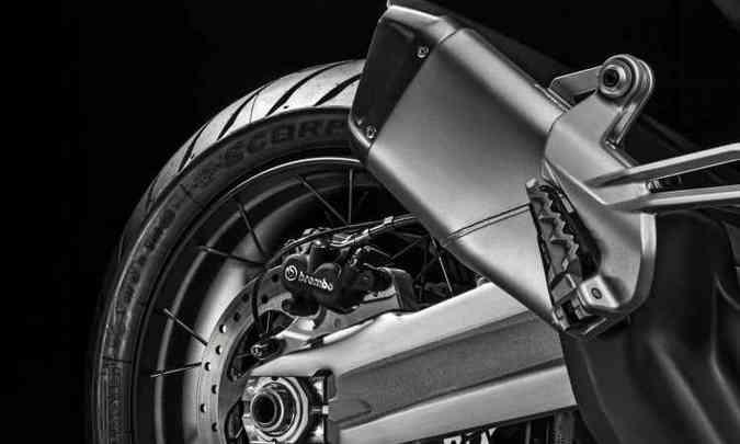 As rodas são raiadas, com aro de 17 polegadas na traseira e ABS de curva(foto: Ducati/Divulgação)