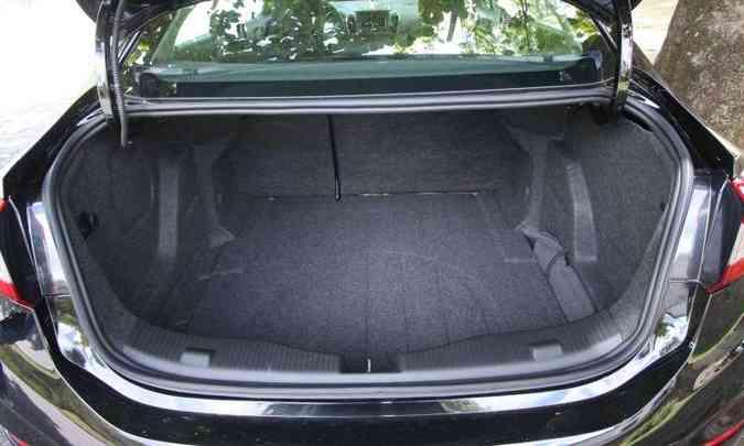 Porta-malas não é dos maiores, com 440 litros(foto: Edésio Ferreira/EM/D.A Press)