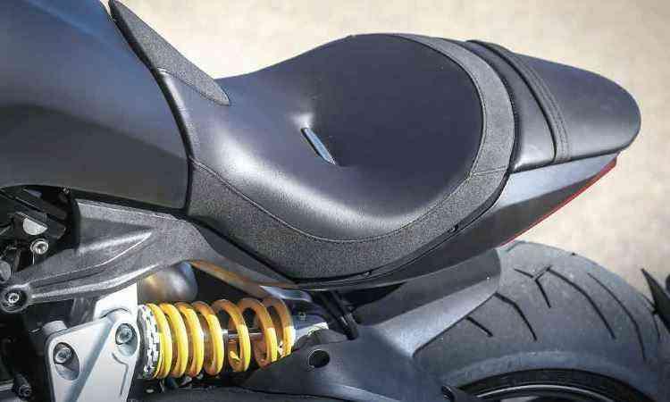 O banco parece flutuar e tem extensão para a garupa - Ducati/Divulgação