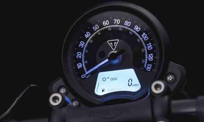 O painel consiste em um relógio com elementos analógicos e digitais(foto: Gustavo Epifânio/Triumph/Divulgação)