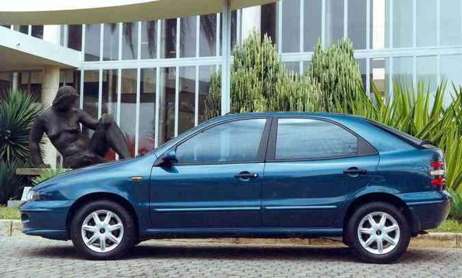 O hatch de cinco portas tinha linhas arredondadas(foto: Fiat/Divulgação)