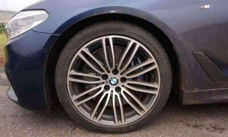 Apesar do pneu de perfil baixo, o rodar do sedã é suave - Edésio Ferreira/EM/D.A Press